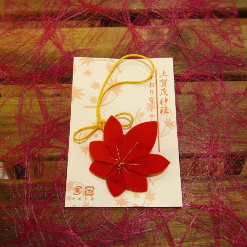 Omamori shinto con incenso sacro