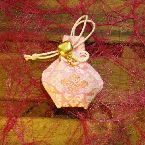 Omamori shinto per la felicità e i desideri