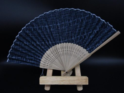 Sensu blu con sottile decorazione bianca